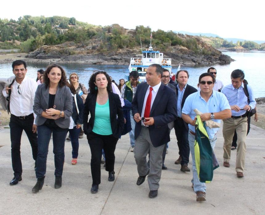 Vecinos de isla Huapi contarán con segunda barcaza y nuevo puerto de embarque